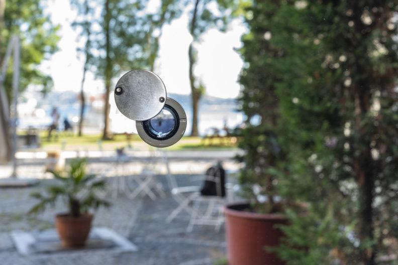 <p>Ceal Floyer, <i>Dürbün</i>, 2011-2021. Heykel, kapı dürbünü, cam, değişken boyutlarda. Fotoğraf: Zeynep Fırat © Ceal Floyer. Lisson Gallery; Esther Schipper Gallery, Berlin; 303 Gallery, New York; Galleria Massimo Minini, Berscia izniyle. <em>Bir Zamanlar Kavranamayan</em> sergisi kapsamında, Protocinema, 2021 </p>