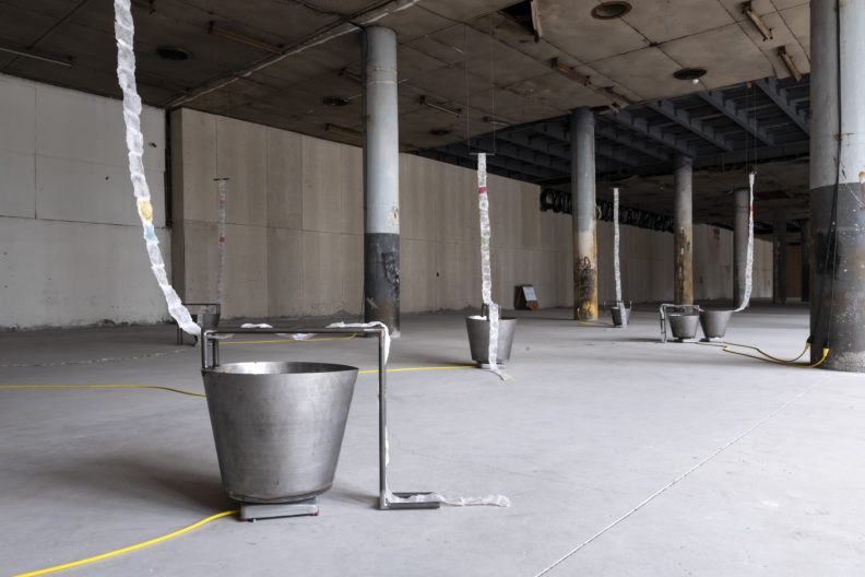 <p>Gülşah Mursaloğlu. <i>Dolanan Alanlar, Ayrışan Uçlar</i>, 2021. Yerleştirme. Patates bazlı biyoplastik, iplik, çelik, su, elektrikli ocak. Değişken boyutlar. Fotoğraf: Zeynep Fırat © Gülşah Mursaloğlu ve Protocinema. <em>Bir Zamanlar Kavranam</em>ayan sergisi kapsamında, Protocinema, 2021</p>