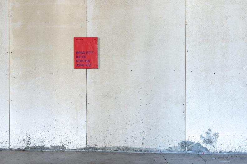 <p>Mario García Torres, <em>Spoiler serisinden Dövüş Kulübü'nde... </em>1999, Tarihsiz. 9 adet keten üzerine serigrafi ve akrilik, her biri 40 x 30 cm. Fotoğraf: Zeynep Fırat. © Mario García Torres. Jan Mot, Brussels, Galleria Franco Noero, Torino, Taka Ishii Gallery, Tokyo izniyle. <em>Bir Zamanlar Kavranamayan</em> sergisi kapsamında, Protocinema, 2021</p>